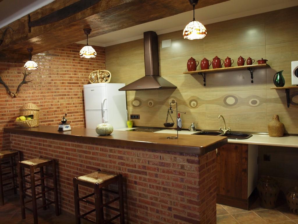 Casa rural en valverde de jucar cuenca balcon de san roque for Barra americana cocina salon